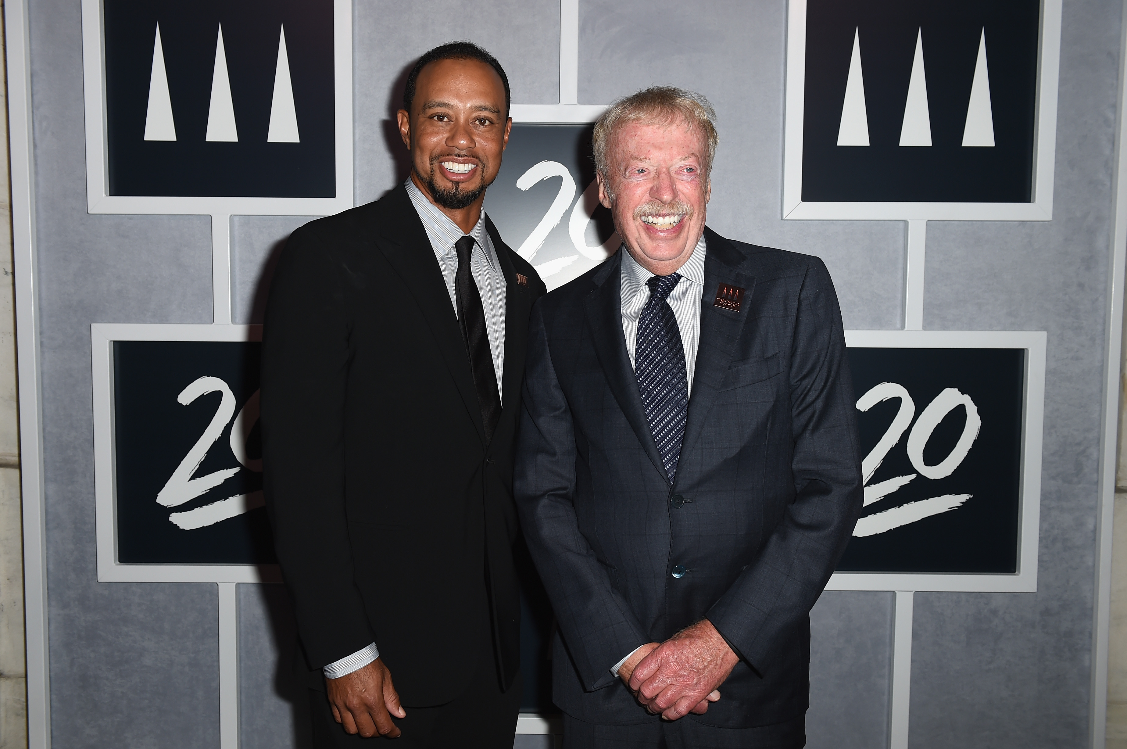 Sabueso jugar Servicio  Nike's Phil Knight says company's recruitment of Tiger Woods began three  years before he turned pro | This is the Loop | Golf Digest